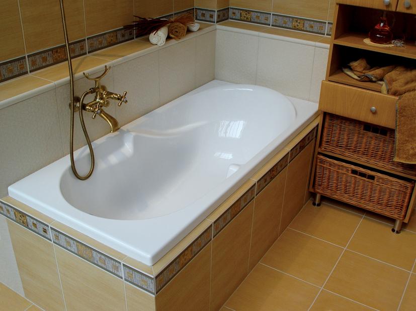Акриловая ванна, смеситель с душем