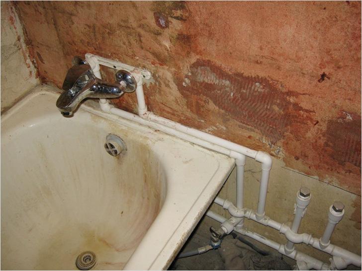 Если трубы не скрыты за отделкой, внешний вид ванной комнаты пострадает