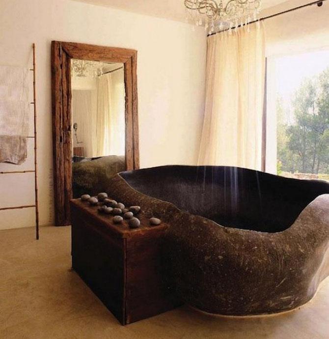 Массивная ванна из камня