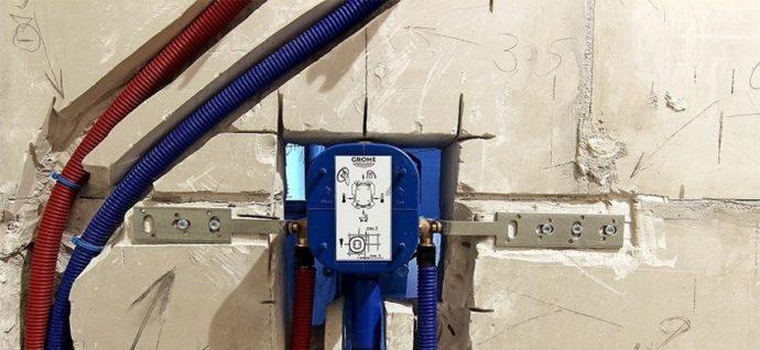 Монтажный короб смесителя должен быть жестко закреплен в стене