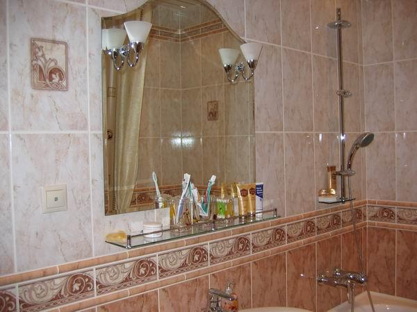 На фото зеркало в ванной комнате с бра