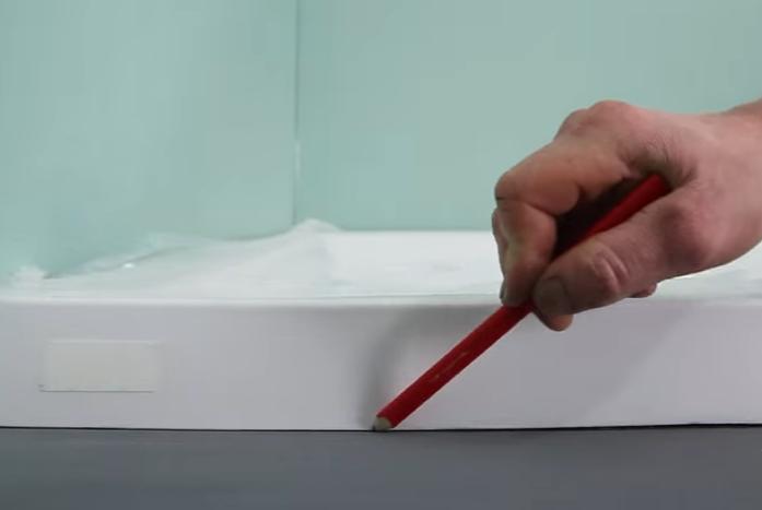 Нужно обвести карандашом контуры поддона