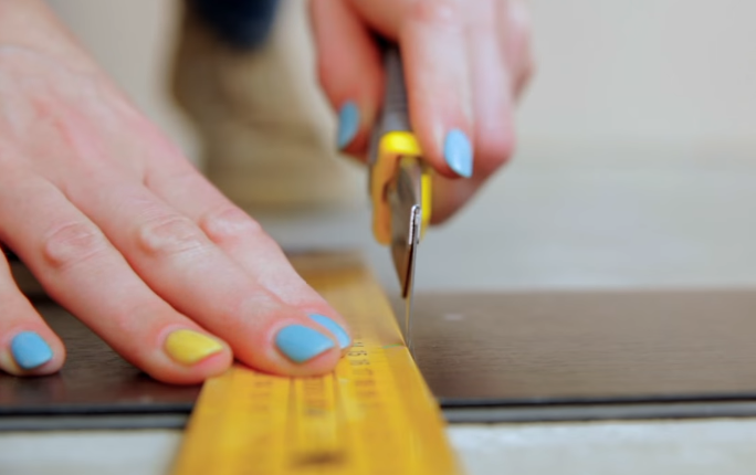 Обрежьте последнюю плитку первого ряда по длине с учетом зазора 5 мм