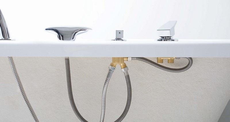 Остается пустить воду и проверить установленный на борту ванны смеситель на работоспособность