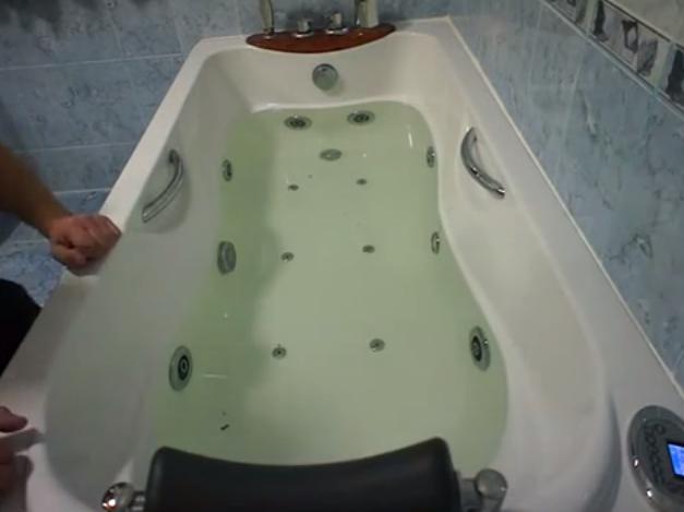 После подключения всех систем нужно наполнить ванну и проверить ее работоспособность