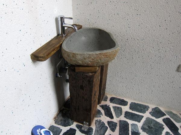 Раковина из камня, подставка деревянная