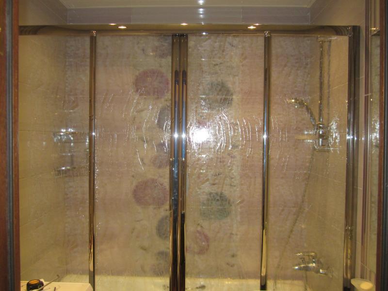 Ширму из стекла можно мытьлюбыми неабразивными средствами