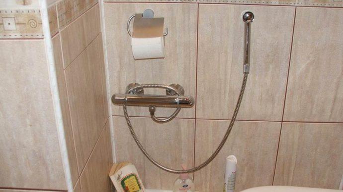 Смеситель с душем гигиеническим настенный