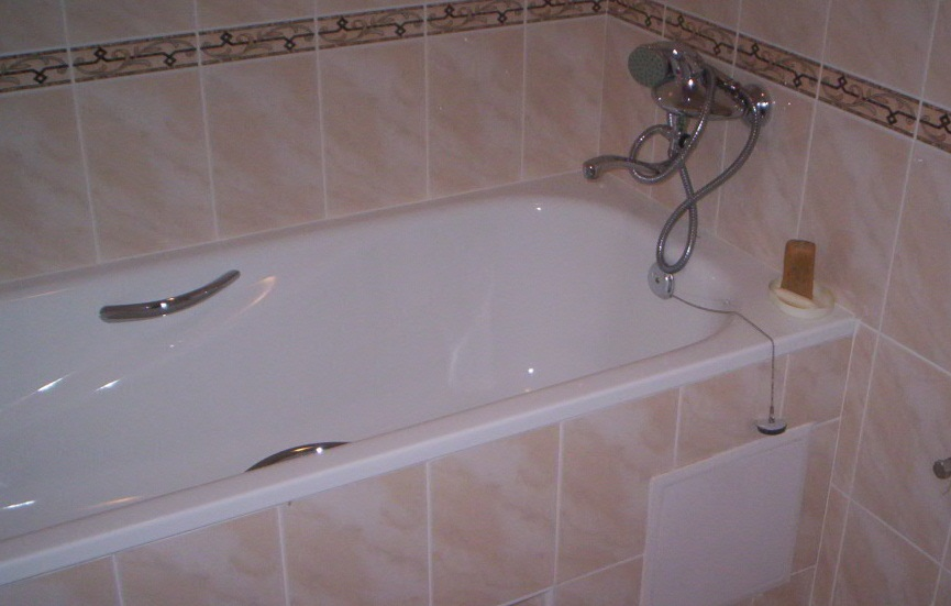 Стальная ванна, настенный смеситель