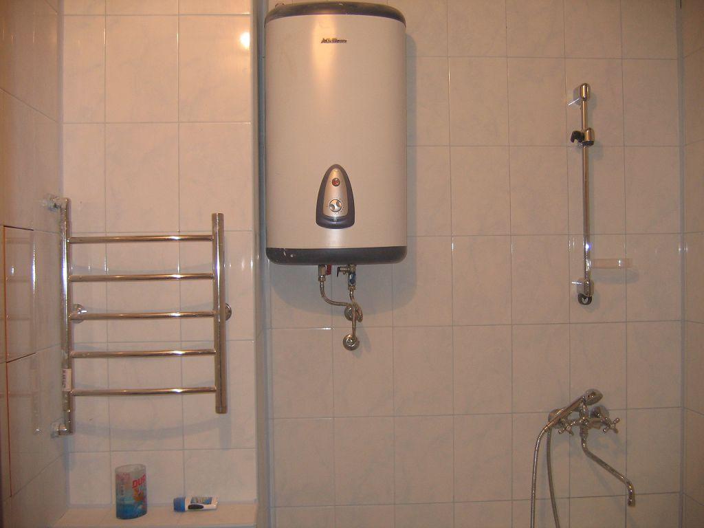 Установленный в ванной комнате бойлер