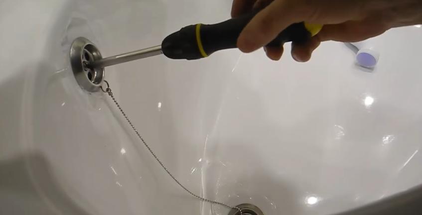 Прикручивание решетки верхнего отверстия слива ванны