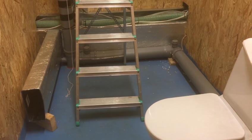 На полу в ванной комнате гидроизоляция в два слоя