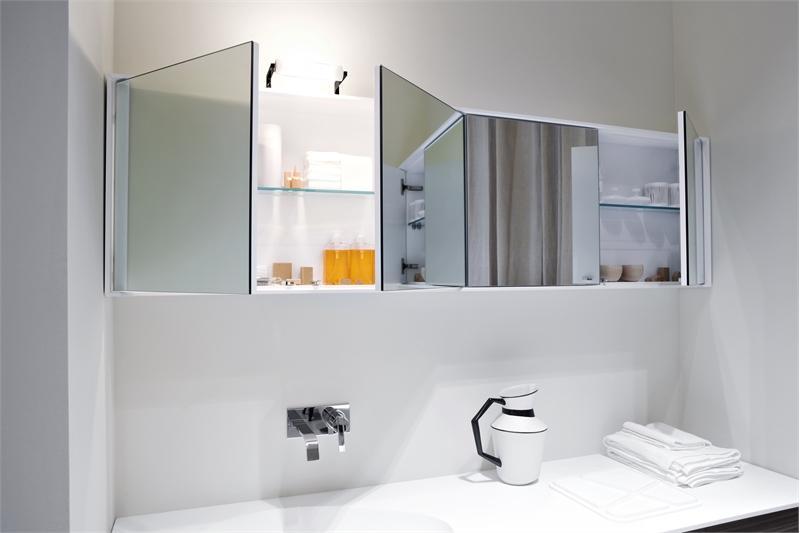 Горизонтальный навесной шкафчик в ванной комнате