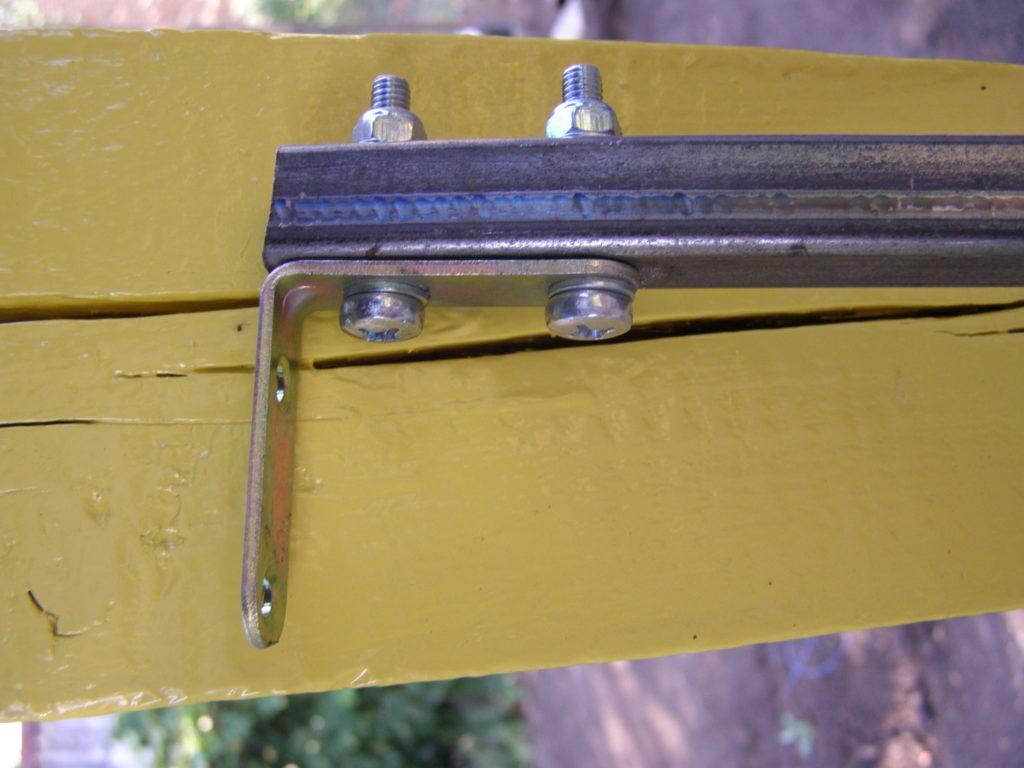 Крепление уголка к поперечной балке
