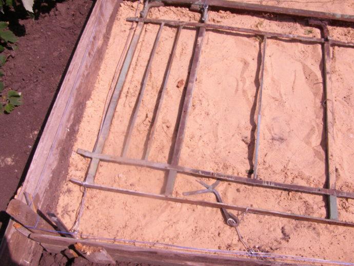 Металлический каркас - старая решетка, смотанная проволокой