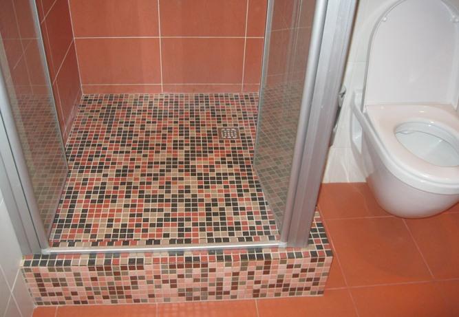 Мозаичная плитка на полу душевой кабины