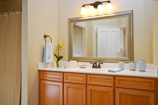 Освещение в ванной комнате должно быть интенсивным, но не слишком ярким