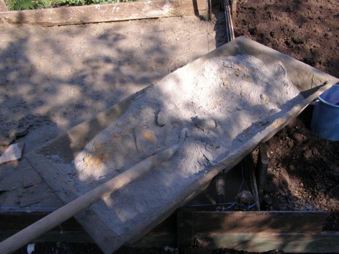 Приготовление бетона. Перемешиваем смесь в корыте