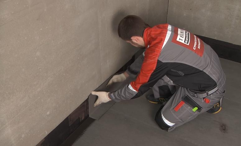 Приклеивание гидроизоляции на стену