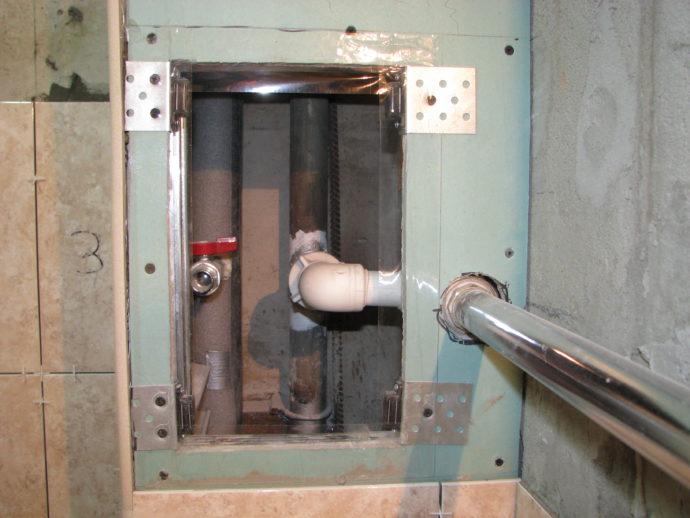 Привинчиваем сначала магниты к рамке на расстоянии, позволяющем плитке встать на место, плюс небольшой запас