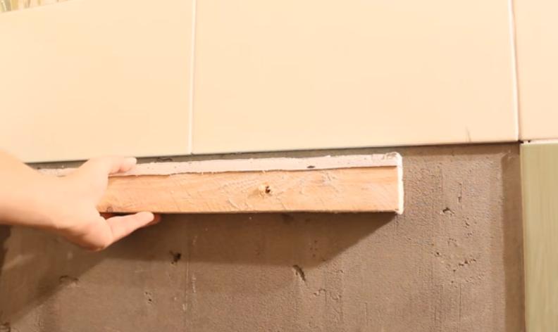 Рекомендуем закрепить на стене брусок, на котором дополнительно будет удерживаться один край ванны