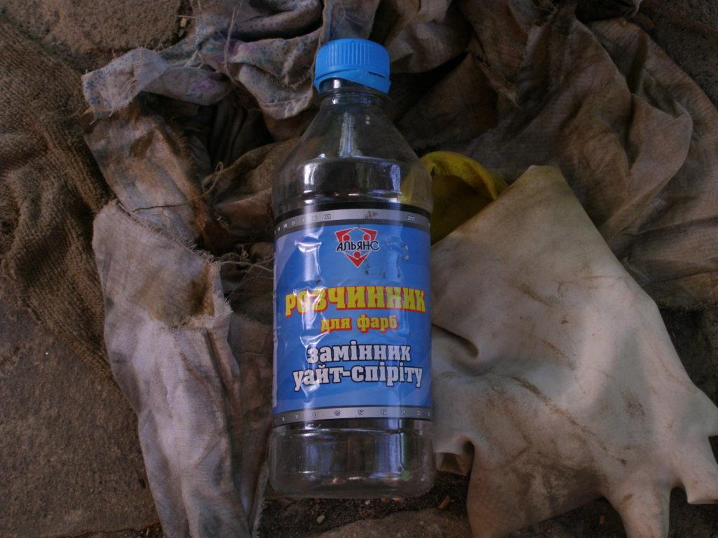 Сначала надо обезжирить поверхность уайт-спиритом, керосином