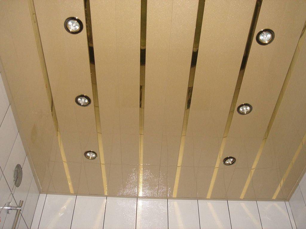 Точечные светильники на пластиковом потолке