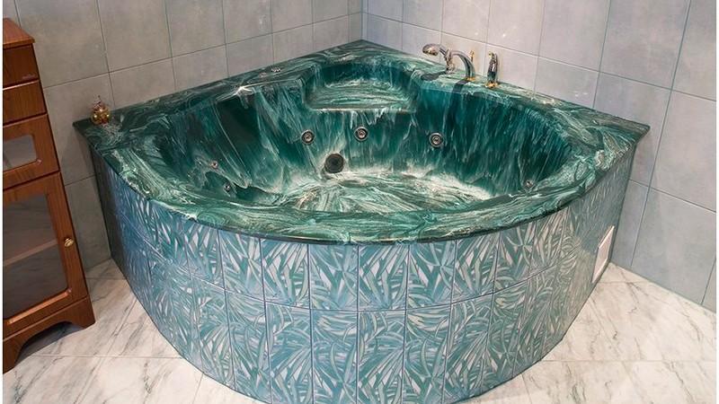 Угловая ванна из искусственного камня