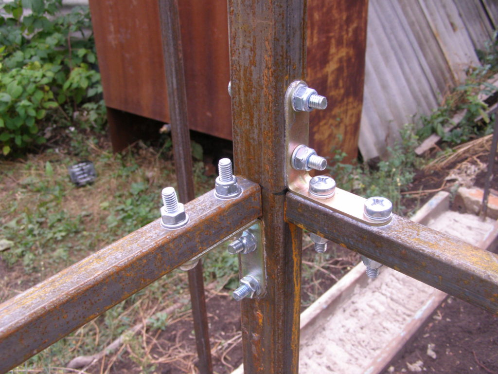 Узел крепления вертикальной стойки и двух поперечных балок (вариант соединения, если нет сварочного аппарата)