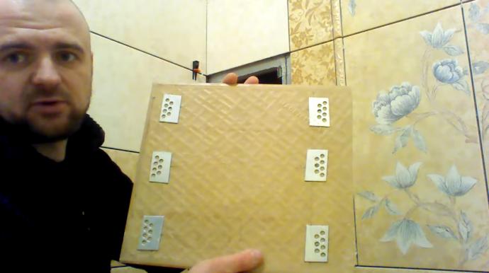 Здесь показаны магниты. В этом примере мастер прикрепил их непосредственно на загрунтованную поверхность плитки