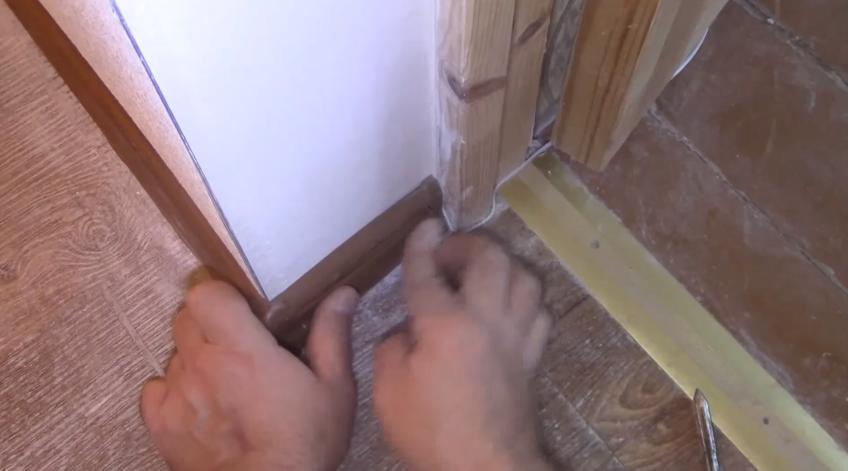 Когда короткий элемент будет зафиксирован дюбелями, крышку чуть сдвигают в сторону уголка или заглушки