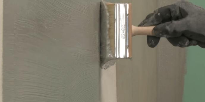Нанесение жидкой мастики на стены