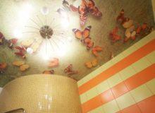 Натяжной потолок в ванной комнате, фотопечать с изображением бабочек
