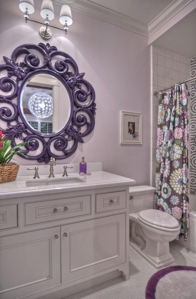 Зеркало в роскошной раме способно преобразить любую ванную комнату