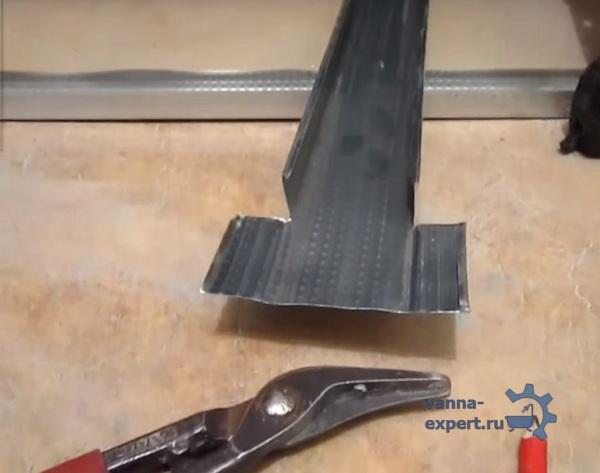 На фото показано, как разрезать профиль для стойки
