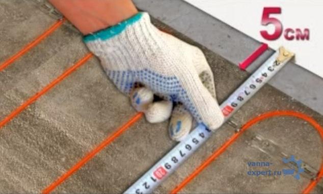 Обогревающий кабель должен лежать на расстоянии ≥ пяти сантиметров