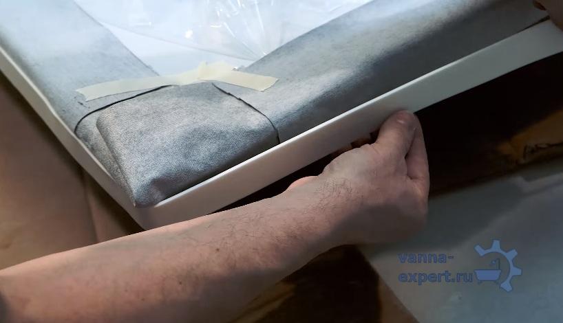 На фото показано, как должна быть закреплена полоса и как расположить двухсторонний скотч