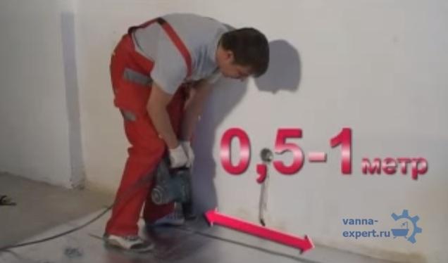 Закрепите отрезки ленты для монтажа с шагом 0,5–1,0м для раскладки электрокабелей