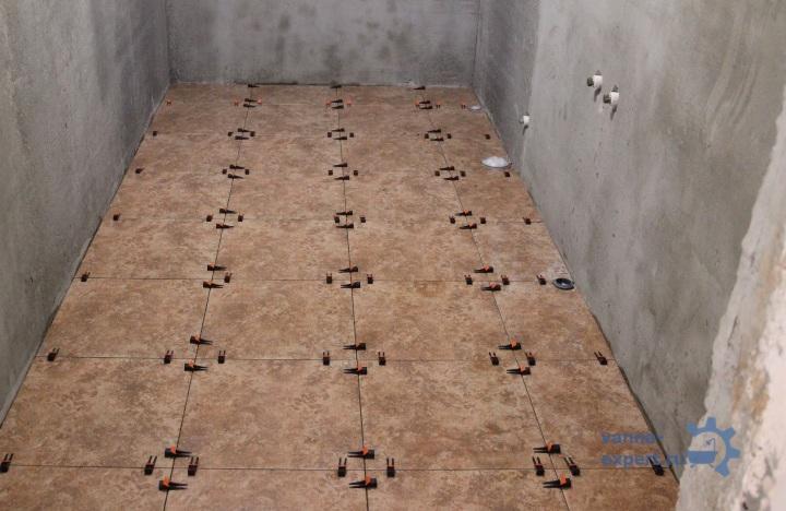Плитка на полу, использованы клинья для выравнивания швов