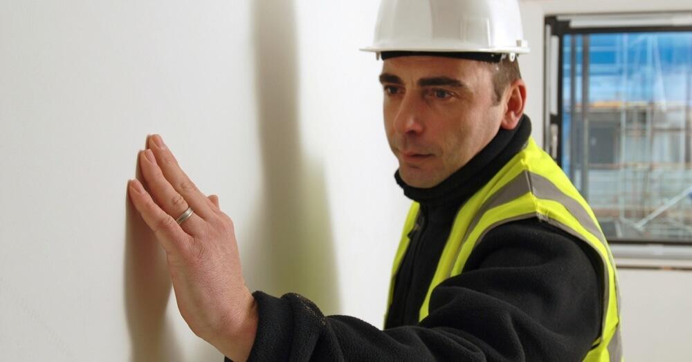 Проверьте состояние стен и выберете материалы для выравнивания, отделки