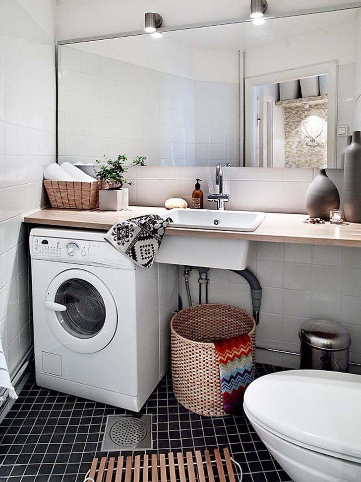 Сочетание кафеля, зеркал и дерева в интерьере ванной комнаты