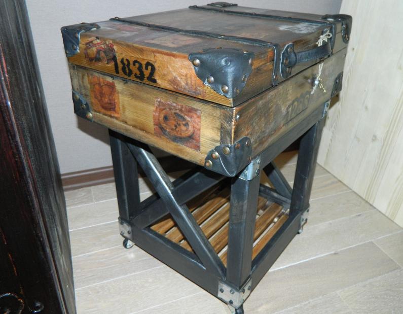 Тумба -чемодан - интересен и как предмет декора и служит для хранения разных мелочей