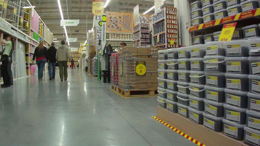 В большом супермаркете всегда выгоднее приобретать отделочные материалы и сантехнику