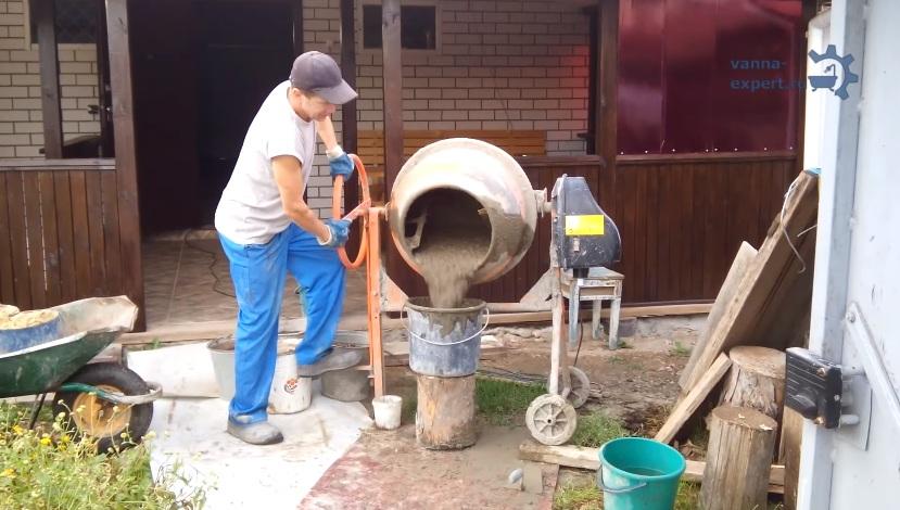 Если есть бетономешалка, лучше использовать ее, а не корыто