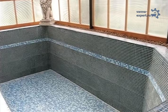 Так выглядит качественно облицованная поверхность ванны из бетона, расположенной в павильоне на улице
