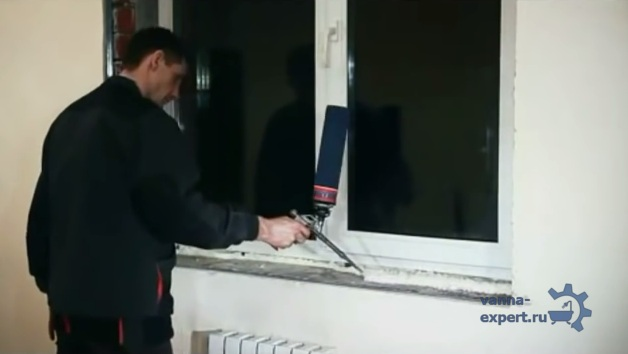 Нанесение пены под подоконник