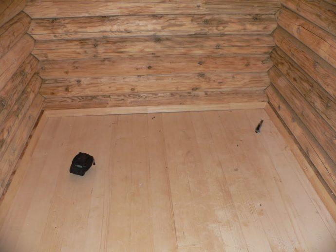 На деревянный пол лучше устанавливать поддоны с наименьшим весом