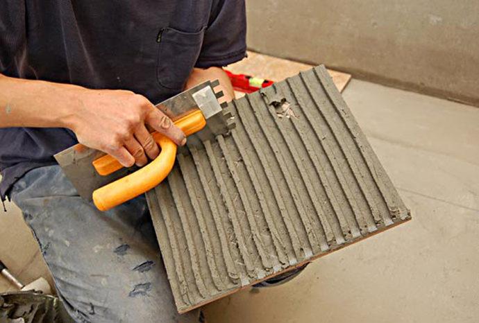Нанесение клея на всю поверхность плитки