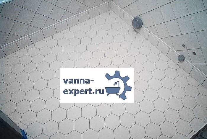 Шестиугольная плитка на полу в ванной комнате