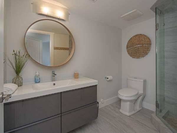 Современный дизайн ванной комнаты в сером цвете